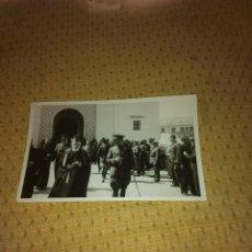 Militaria: FOTO ORIGINAL DEL LAUREDADO CORONEL JOAQUIN CEBOLLINO A LA SALIDA DE MISA EN LARACHE. Lote 63819659