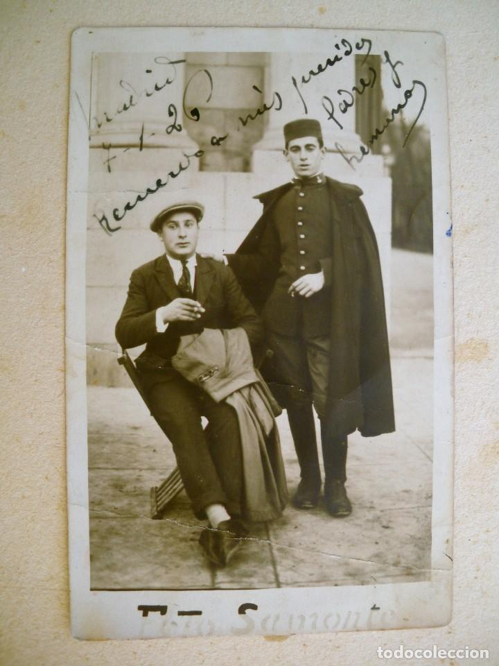 FOTOGRAFÍA TAMAÑO POSTAL DE UN SOLDADO DE ARTILLERÍA 1926, LLEVA CAPOTE Y GORRO TIPO PANADERO. (Militar - Fotografía Militar - Otros)