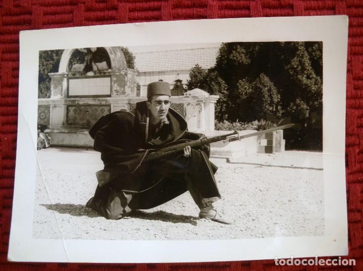 FOTOGRAFÍA DE UN SOLDADO UNIFORMADO CON CHILABA, TARBUCH Y MOSQUETON CON BAYONETA. (Militar - Fotografía Militar - Guerra Civil Española)