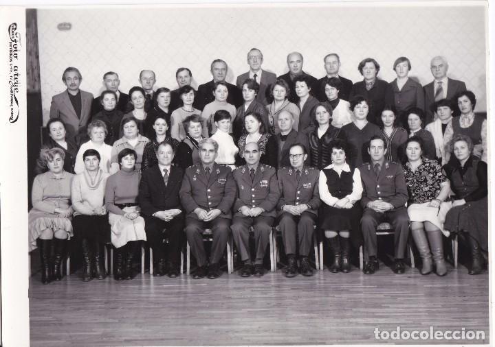 FOTOGRAFIA DE UNOS MILITARES RUSOS AGRUPADOS CON GENTE PARTICULAR MEDIDAS 23,7CM X 16.8CM (Militar - Fotografía Militar - II Guerra Mundial)