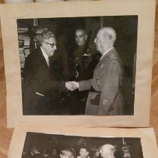 Militaria: DOS FOTOS ORIGINALES DE FRANCISCO FRANCO Y OTROS MANDATARIOS, AÑOS 60. 20X25.. Lote 67734337