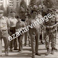 Militaria: EL CAPITAN GENERAL MERRY GORDON, EX DIVISION AZUL,EN UNA DEMOSTRACION MILITAR,126X116MM. Lote 67856693