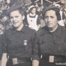 Militaria: FOTOGRAFIA DE MIEMBROS DE LA SECCIÓN FEMENINA FALANGISTA Y ENFERMERAS EN UN DESFILE. FALANGE. Lote 68893001