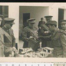 Militaria: MILITAR FOTOGRAFÍA ENTREGA DE MEDALLAS. Lote 69980429