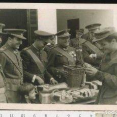 Militaria: MILITAR FOTOGRAFÍA ENTREGA DE MEDALLAS. FOTO DEL MORAL CEUTA. Lote 69981329
