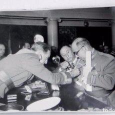 Militaria: FOTOGRAFIA DEL GENERAL MUÑOZ GRANDES, DIVISION AZUL, 1956 CON MOTIVO DE LA CONCESION DE FAJINES A . Lote 71526391