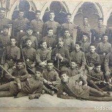 Militaria: SOLDADOS INFANTERIA POSANDO EN CLAUSTRO SANTO DOMINGO (GERONA). CIRCA 1900. FOT. PEREFERRER. GERONA. Lote 73237383