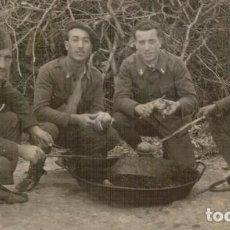 Militaria: FOTOGRAFÍA GUERRA CIVIL SOLDADOS DE INGENIEROS PREPARANDO EL ALMUERZO, UNO CON ANGULO DE HERIDO. Lote 73578535