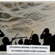 Militaria: FOTOGRAFIA II GUERRA MUNDIAL - UN COMBATE AEREO SOBRE ALEMANIA. Lote 73670115