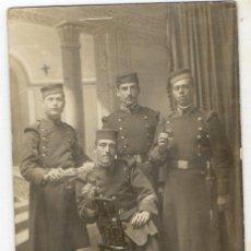 Militaria: ANTIGUA FOTOGRAFIA DE SOLDADO ESPAÑOLES EMOCA ALFONSO XIII. Lote 76030095