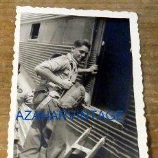 Militaria: PARACAIDISTA CON PARACAIDAS, BASE DE ALCANTARILLA, FECHADA EN 1954, 58X86MM. Lote 79732157