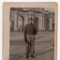 Militaria: FOTOGRAFÍA SOLDADO EPAÑOL EN LA PUERTA DE ALCALÁ - 9X7. Lote 79755717