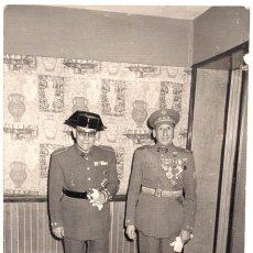 Militaria: FOTOGRAFÍA MILITAR CONDECORADO VIEJA GUARDIA, COLECTIVA, GUARDIA CIVIL CON MARIA CRISTINA 18 X 12. Lote 79791417