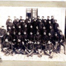 Militaria: FOTOGRAFÍA MILITARES CUERPO DE INTENDENCÍA. ALFONSO XIII 27,5 X 21 CM. Lote 80588358