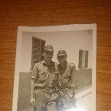 Militaria: FOTO 2 MILITARES CAMPAMENTO EN PALMA AÑO 1965. Lote 80685030