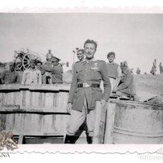 Militaria: FOTOGRAFÍA SOLDADO CUERPO DE INGENIEROS, CON MEDALLA MUTILADOS - CERRO DE HORCA 1943 - 8 X 5,5 CM. Lote 80882559