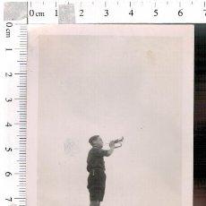 Militaria: FOTOGRAFÍA CORNETÍN DE ORDENES FRENTE DE JUVENTUDES OJE ELCHE 1940. Lote 81094408