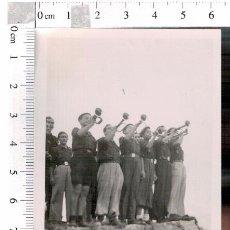 Militaria: FOTOGRAFÍA CORNETAS Y CORNETÍN DE ORDENES FRENTE DE JUVENTUDES OJE ELCHE 1940. Lote 81094508