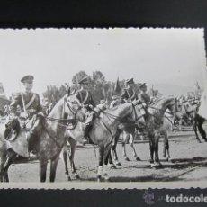 Militaria: ANTIGUA FOTOGRAFÍA MILITAR. MELILLA. ANTES DEL DESFILE DE 1947. ESCUADRÓN AMETRALLADORAS A CABALLO. Lote 81419540
