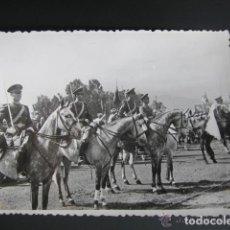 Militaria: ANTIGUA FOTOGRAFÍA MILITAR. MELILLA. ANTES DEL DESFILE DE 1947. ESCUADRÓN AMETRALLADORAS A CABALLO. Lote 81421468