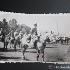 Militaria: ANTIGUA FOTOGRAFÍA MILITAR. MELILLA. ESCUADRÓN DE AMETRALLADORAS A CABALLO. AÑO 1948. Lote 81452756