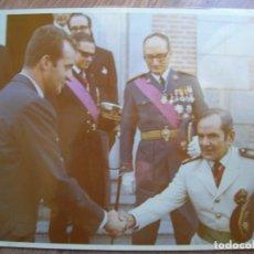 Militaria: FOTOGRAFIA DEL PRINCIPE JUAN CARLOS CON JERARCA FRANQUISTA DEL MOVIMIENTO. FALANGE. GRAN FORMATO.. Lote 82087128