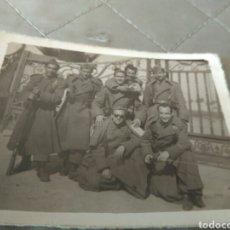 Militaria: ANTIGUA FOTO GRUPOS MILITARES PUERTA PRINCIPAL DE LA MAESTRANZA DE SEVILLA / GUARDIA 1953. Lote 82741000