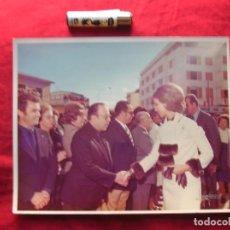 Militaria: GRAN FOTOGRAFIA DE LOS PRINCIPES DE ESPAÑA CON AUTORIDADES DEL MOVIMIENTO. AÑO 1974. FALANGE.. Lote 83462952