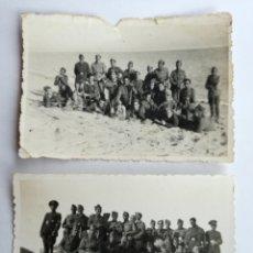 Militaria: LOTE DE 2 FOTOGRAFIAS GRUPO DE SOLDADOS EN LA PLAYA BADALONA AÑOS 40. Lote 84958400
