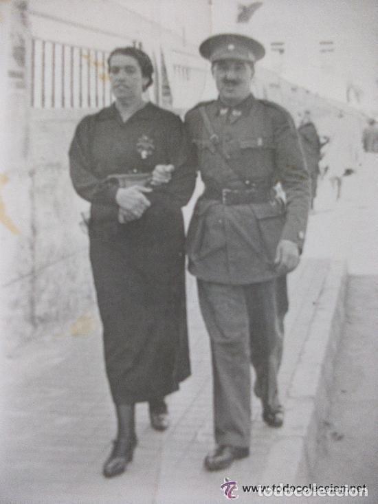 GUERRA CIVIL: MANDO DE SECCION FEMENINA ( EMBLEMA MUSSOLINI ) Y COMANDANTE FALANGE. CEUTA, 1937. (Militar - Fotografía Militar - Guerra Civil Española)