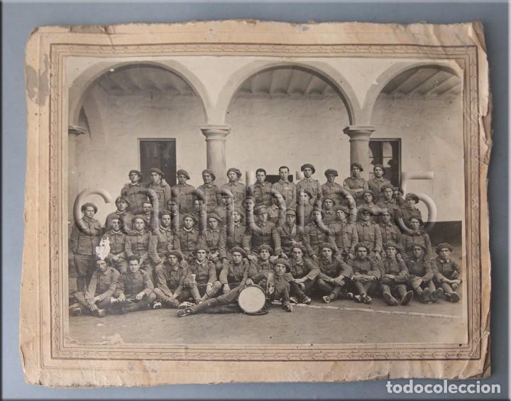 FOTO DE GRUPO EN ACUARTELAMIENTO CON UNIFORME ÚNICO 1926 (Militar - Fotografía Militar - Otros)