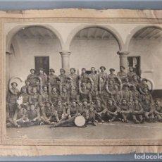Militaria: FOTO DE GRUPO EN ACUARTELAMIENTO CON UNIFORME ÚNICO 1926. Lote 86449504