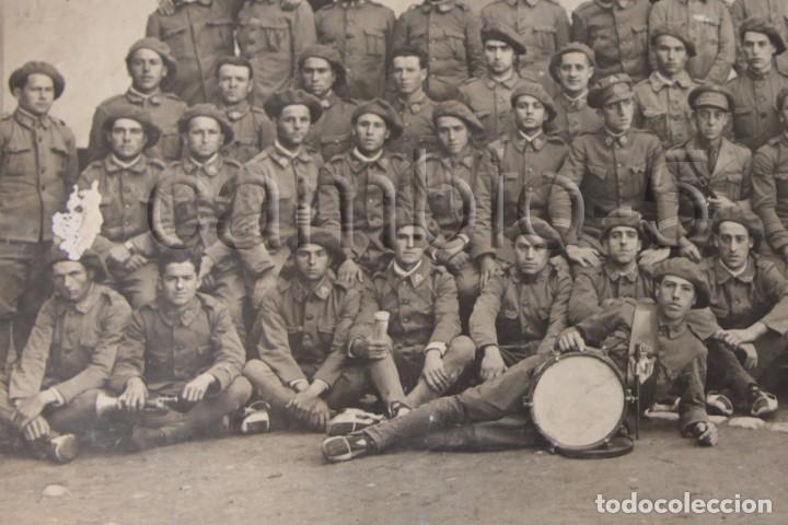 Militaria: FOTO DE GRUPO EN ACUARTELAMIENTO CON UNIFORME ÚNICO 1926 - Foto 2 - 86449504
