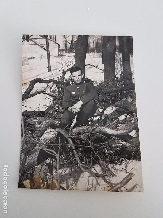 FOTOGRAFÍA SOLDADO RUSO SOBRE TRONCOS. (Militar - Fotografía Militar - II Guerra Mundial)