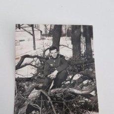 Militaria: FOTOGRAFÍA SOLDADO RUSO SOBRE TRONCOS.. Lote 87166572