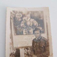 Militaria: FOTOGRAFÍA SOLDADO RUSO JUNTO A ANUNCIO PUBLICITARIO. Lote 87167124