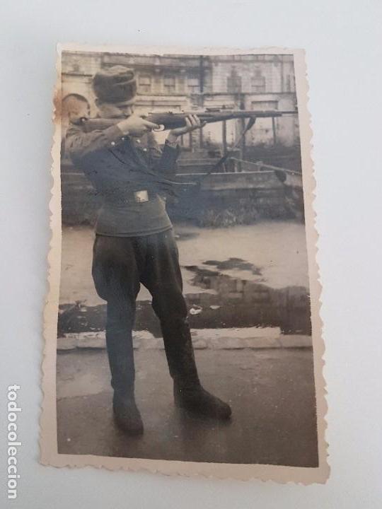 FOTOGRAFÍA SOLDADO RUSO DISPARANDO CON MOSQUETÓN (Militar - Fotografía Militar - II Guerra Mundial)