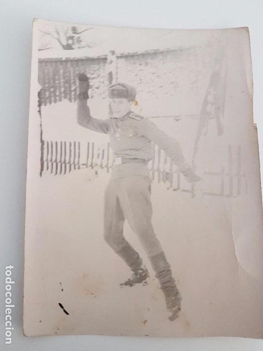 FOTOGRAFÍA SOLDADO RUSO DIVIRTIÉNDOSE EN LA NIEVE (Militar - Fotografía Militar - II Guerra Mundial)
