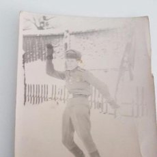 Militaria: FOTOGRAFÍA SOLDADO RUSO DIVIRTIÉNDOSE EN LA NIEVE. Lote 87169200