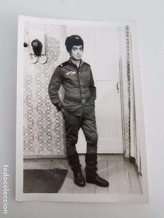 FOTO SOLDADO RUSO POSANDO EN LA PUERTA DE SU CASA (Militar - Fotografía Militar - II Guerra Mundial)