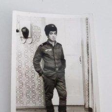 Militaria: FOTO SOLDADO RUSO POSANDO EN LA PUERTA DE SU CASA. Lote 87169332