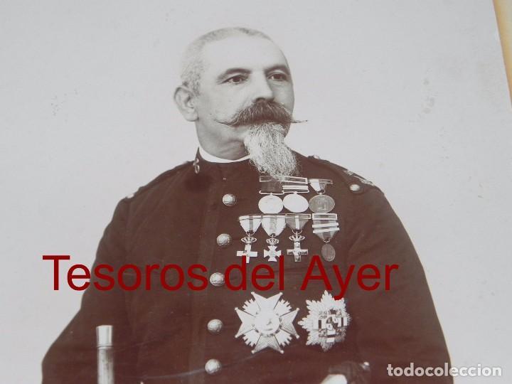 Militaria: FOTOGRAFIA DE TENIENTE CORONEL, EPOCA ALFONSO XIII, CON CONDECORACION DE LA GUERRA CARLISTA, MIDE 25 - Foto 3 - 87195392