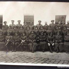 Militaria: FOTO. GRUPO DE OFICIALES. ÉPOCA FRANCO. AÑOS 40 ??. FOTOGRAFÍA CAIRO. VALENCIA 18 X 24 CMS.. Lote 87608548