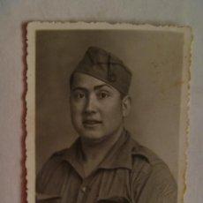 Militaria: GUERRA CIVIL : MILITAR CON GORRILLO Y BORLA . FOTO: IGLESIAS , SACRAMENTO.. Lote 89662968