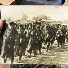 Militaria: FOTOGRAFIA SEGUNDA GUERRA MUNDIAL - SOLDADOS ALEMANES CAMINO A RETAGUARDIA. Lote 92278680