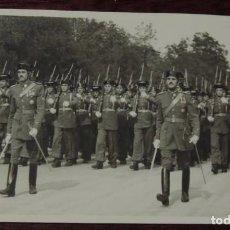 Militaria: FOTOGRAFIA DE DESFILE DE LA 3ª SECCION DE LA 3ª CIA. DE GUARDIAS JOVENES DE LA GUARDIA CIVIL EN EL P. Lote 92786085
