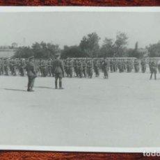 Militaria: FOTOGRAFIA DE JURA DE BANDERA EN EL COLEGIO DE GUARDIA JOVENES DE VALDEMORO EN 1943, GUARDIA CIVIL, . Lote 92788380