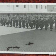 Militaria: FOTOGRAFIA DE JURA DE BANDERA EN EL COLEGIO DE GUARDIA JOVENES DE VALDEMORO EN 1943, GUARDIA CIVIL, . Lote 92788430