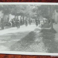 Militaria: FOTOGRAFIA DE JURA DE BANDERA EN EL COLEGIO DE GUARDIA JOVENES DE VALDEMORO EN 1943, GUARDIA CIVIL, . Lote 92788510