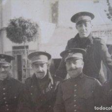 Militaria: FOTOGRAFÍA TENIENTES DEL EJÉRCITO ESPAÑOL. TETUÁN PLAZA DE ESPAÑA 1918. Lote 93402750